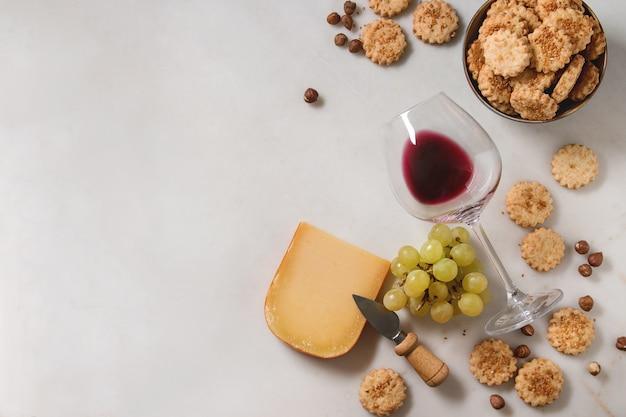 Vorspeise mit käse und trauben