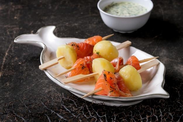 Vorspeise mit räucherlachs und kartoffeln