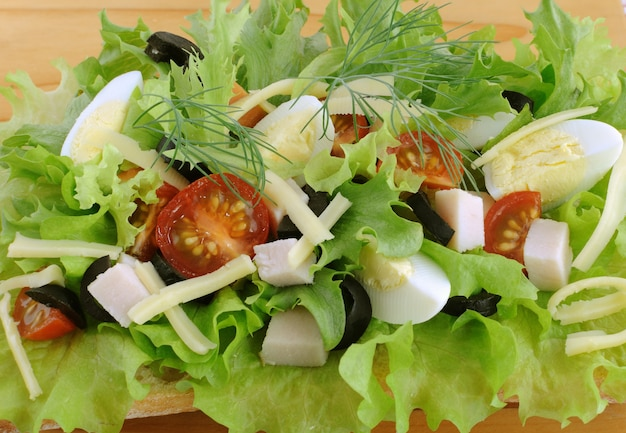 Vorspeise von hühnchen mit ei und oliven auf ciabatta mit käse