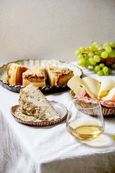 Vorspeisen antipasti mit weißer sizilianischer focaccia