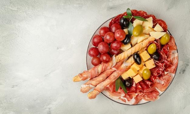 Vorspeisen-catering-platte auf betonoberfläche