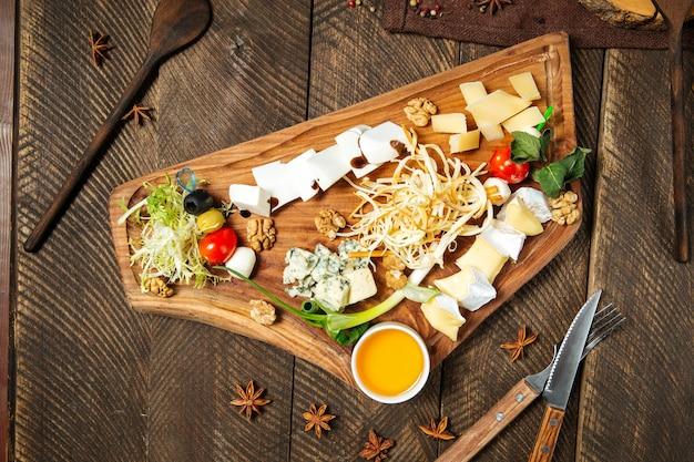 Vorspeisen mit käse auf dem holzbrett