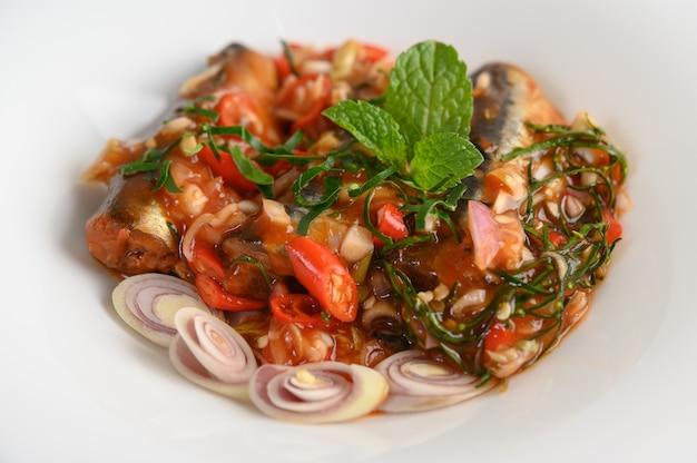Vorspeisen mit sardine in scharfer tomatensauce