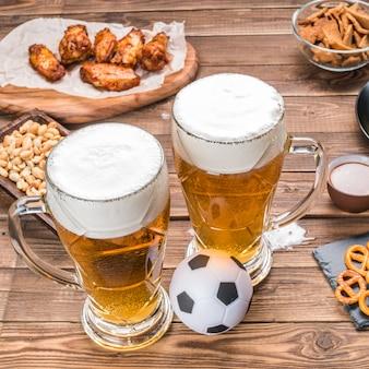 Vorspeisen und bier auf dem tisch für das fußballspiel.