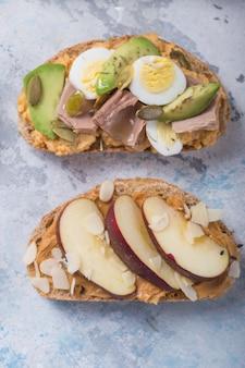 Vorspeisentisch mit italienischen antipasti-snacks. brushetta oder authentisches traditionelles spanisches tapas-set, abwechslung Premium Fotos