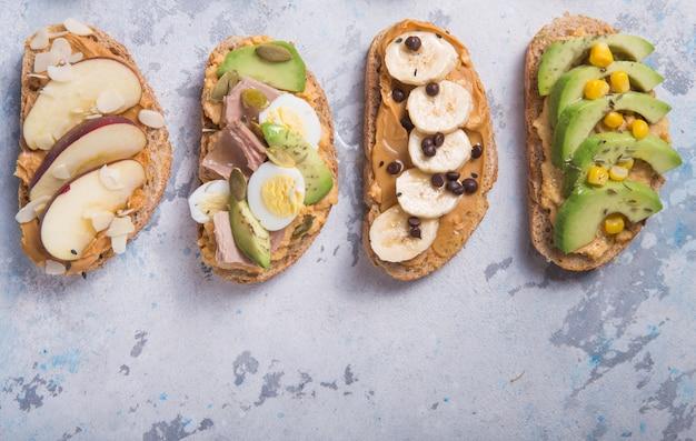 Vorspeisentisch mit italienischen antipasti-snacks. brushetta oder authentisches traditionelles spanisches tapas-set, abwechslung