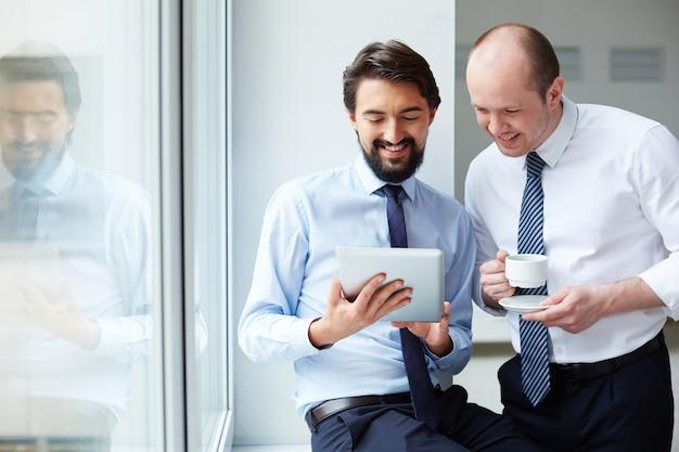 Vorstand das neue projekt auf der digitalen tablette zeigt