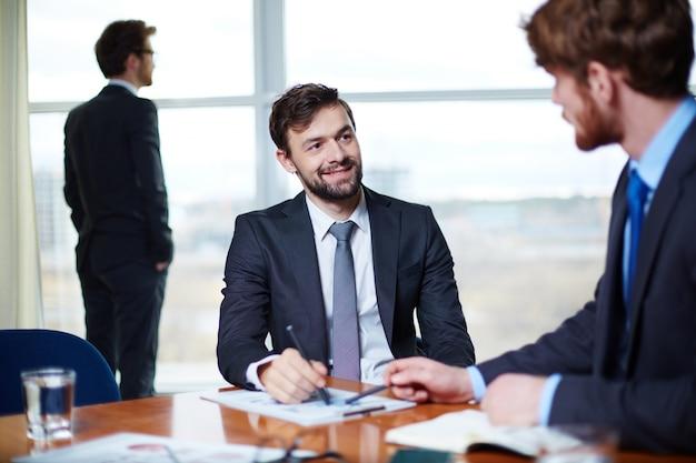 Vorstand die aufmerksamkeit auf seinen partner