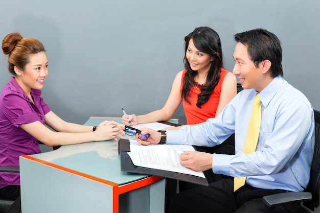 Vorstellungsgespräch für eine neue anstellung oder einstellung in einem asiatischen büro