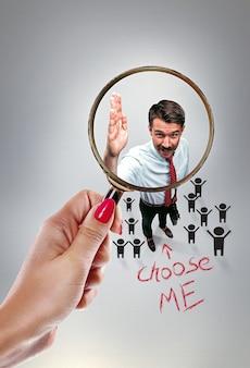 Vorstellungsgespräch mit manager im büro. konzept der auswahl des besten kandidaten. weibliche hand mit lupe