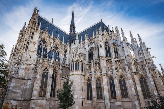 Votivkirche berühmte gotische kirchenfassade und blauer himmel in wien, österreich