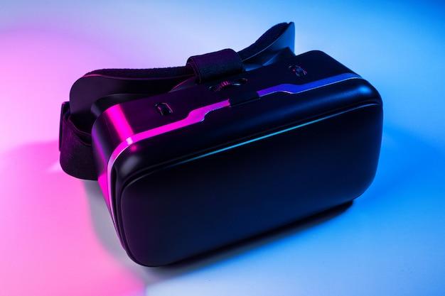 Vr. ausrüstung der virtuellen realität auf dem tisch.
