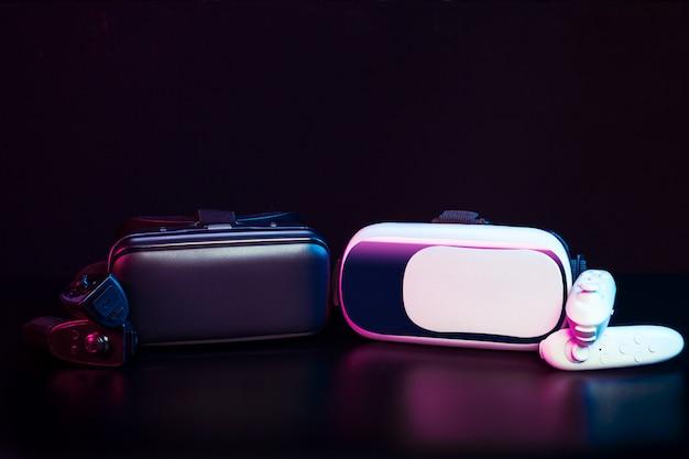 Vr. ausrüstung der virtuellen realität auf tabelle.