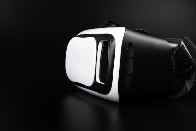 Vr-gläser der virtuellen realität auf einer schwarzen tabelle.