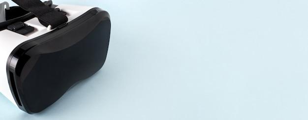 Vr virtual reality brille halb gedreht, auf blau