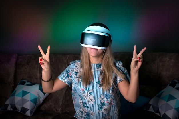 Vr virtuelle realität. mädchen möchte erfahrung mit brillen eines vr-headsets sammeln. erstaunliche emotionen, kühle ruhe, neustart.