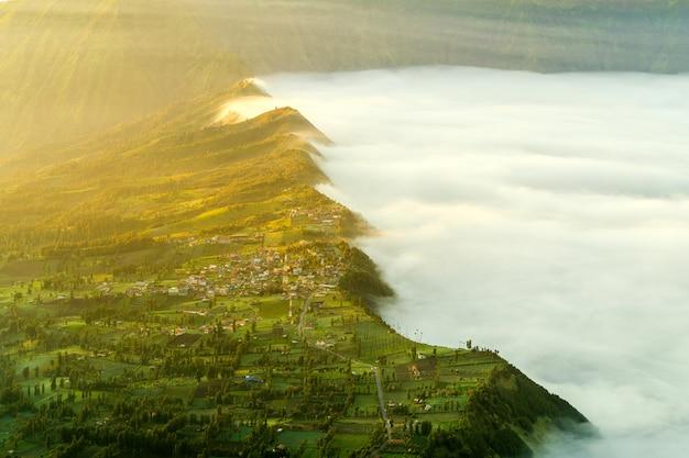 Vulkan mit nebel bei sonnenuntergang