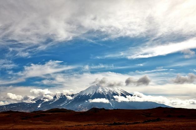 Vulkan von kamtschatka schneegipfeltal