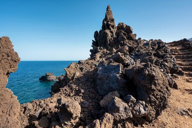 Vulkanische küstenlandschaft. felsen und lavabildungen in el hierro, kanarische inseln, spanien. hochwertiges foto