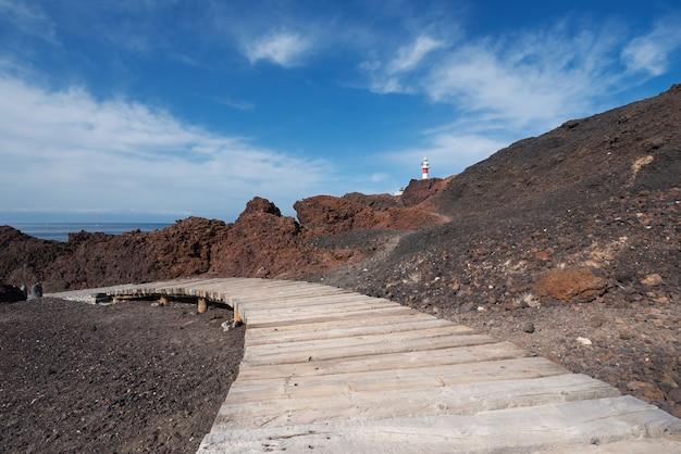Vulkanische landschaft teneriffas und leuchtturm im hintergrund, teno, teneriffa, kanarische inseln