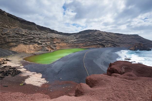 Vulkanischer grüner see (el charco de los clicos) in lanzarote, kanarische inseln, spanien.