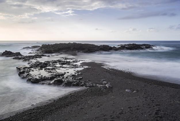 Vulkanischer strandsand und -felsen mesa del mar.