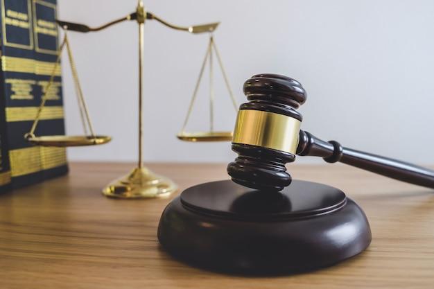 Waage der gerechtigkeit und des hammers auf klingendem block, gegenstand und gesetzbuch zur arbeit mit richtervereinbarung