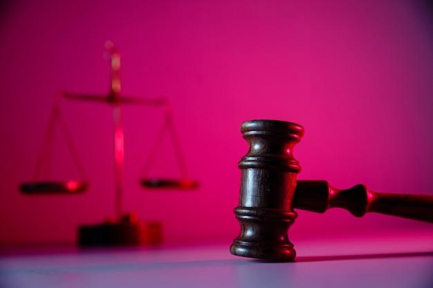 Waage der gerechtigkeit und holzhammer im gerichtssaal. gesetz konzept.