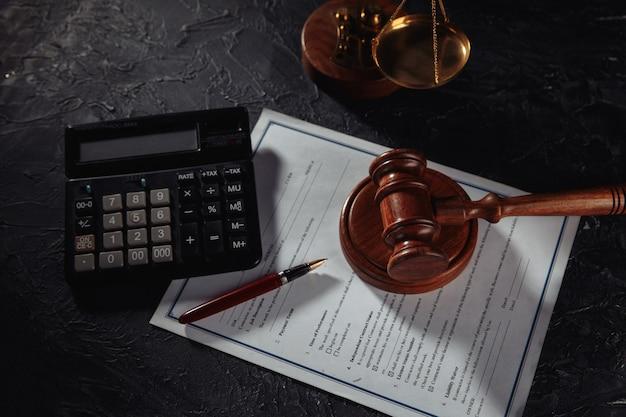 Waage der gerechtigkeit und holzhammer über eine vereinbarung im gerichtssaal. konzept von gerechtigkeit und recht. draufsicht.