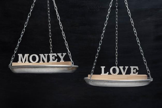 Waage mit worten geld und liebe.