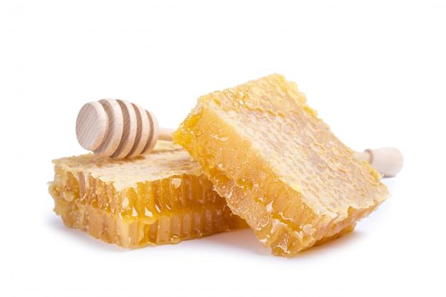 Wabe mit honigschöpflöffel isoliert