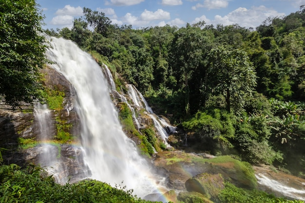 Wachirathan wasserfall ist einer der berühmten wasserfall im doi inthanon nationalpark, chiang mai, thailand
