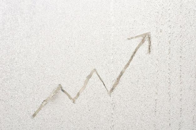 Wachsende grafik auf frostigem fensterglas. unternehmenskonzept.