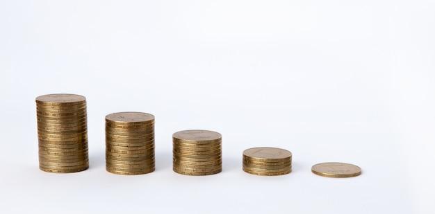 Wachsende münzen stapeln sich auf weißem hintergrund. finanzielles wachstum, geld sparen, geschäftsfinanzierung, wohlstand und erfolgskonzept Premium Fotos