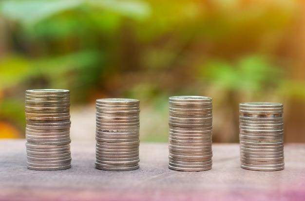 Wachsender geld-münzen-stapel-finanz- und investitions-konzept-holz-hintergrund