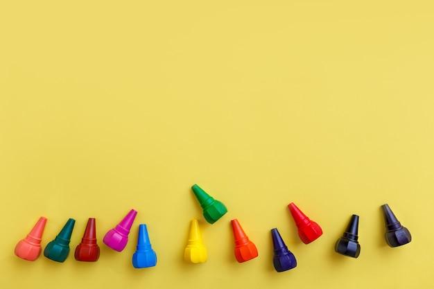 Wachsmalstifte für kinder auf leuchtend gelben backgrouns. ansicht von oben.
