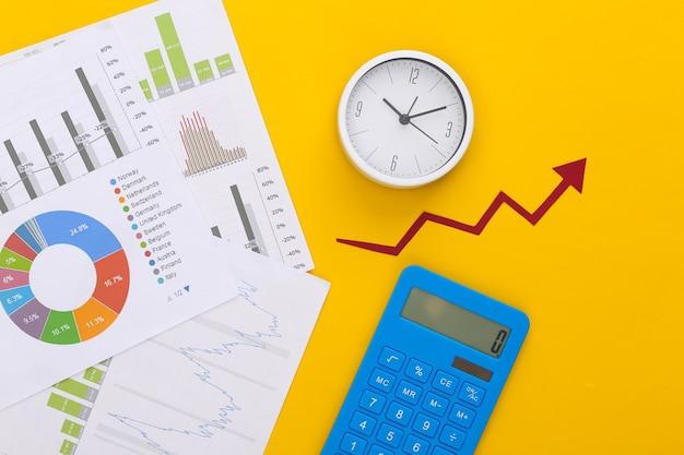 Wachstumspfeil nach oben, grafiken und diagramme, taschenrechner und uhr auf gelb