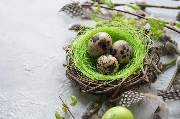 Wachtel-ostereier im nest und in der frühlingsweide auf weinlese-tabelle.
