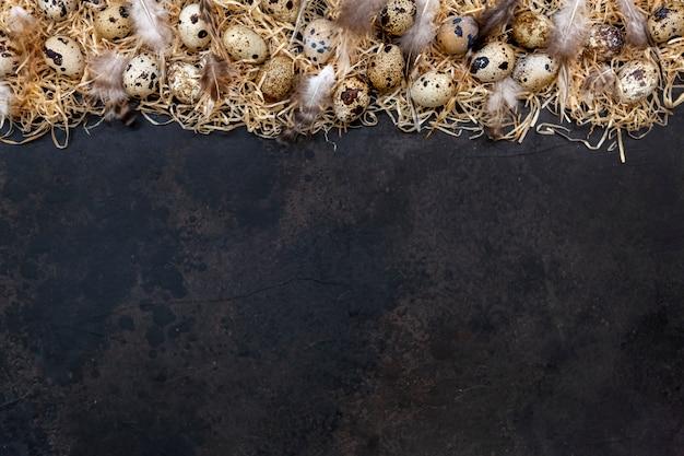 Wachteleier auf einer dunkelbraunen oberfläche