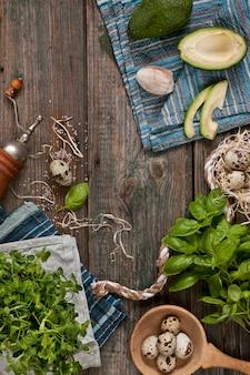 Wachteleier, avocado und frische grüne zutaten für frühlingssalat. gesunde ernährung