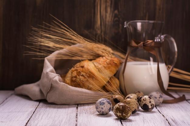 Wachteleier, croissants und milchglas