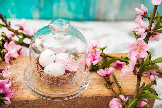 Wachteleier in einem diy-nest. frühling, ostern, eier nahaufnahme und kopierraum.