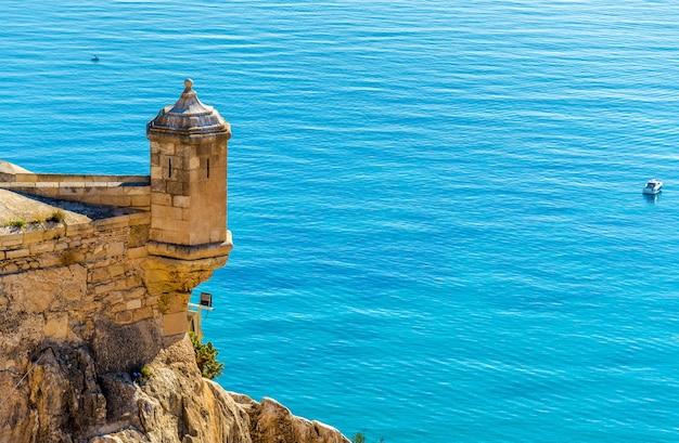 Wachturm des schlosses santa barbara in alicante spanien