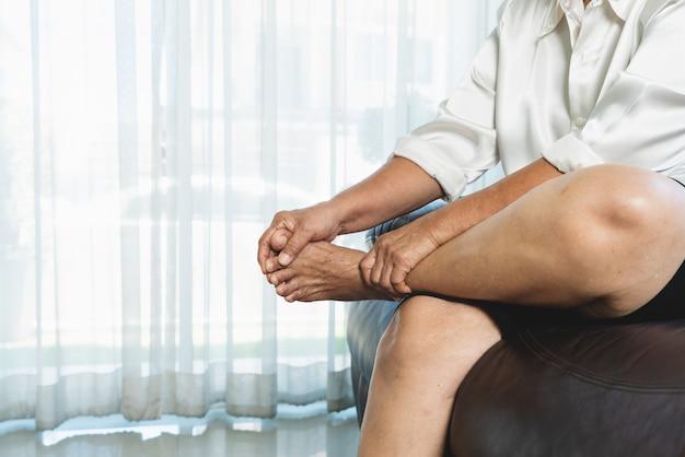 Wadenkrampf, ältere frau, die zu hause an wadenkrampfschmerzen leidet, gesundheitsproblemkonzept