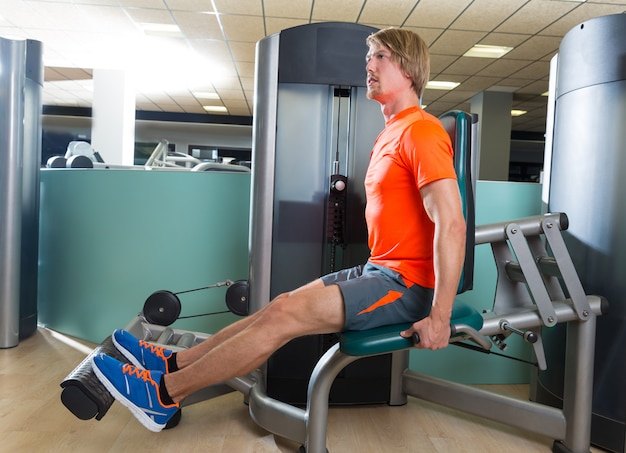 Wadenverlängerungsmann an der gymnastikübungsmaschine