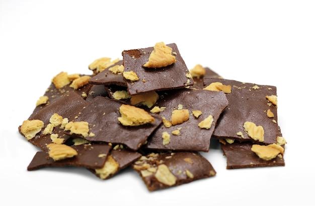 Wählen sie fokus knusprigen schokoladencracker hausgemacht auf weißem hintergrund
