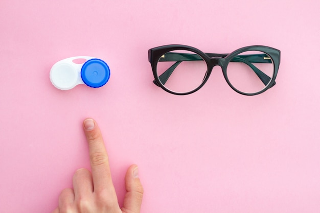 Wählen sie zwischen brille und kontaktlinsen wegen schlechter, verschwommener sicht und kurzsichtigkeit. augenpflege