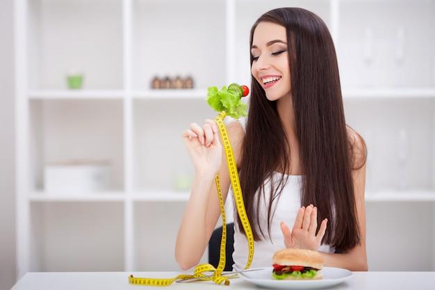 Wählen sie zwischen junk food und gesunder ernährung
