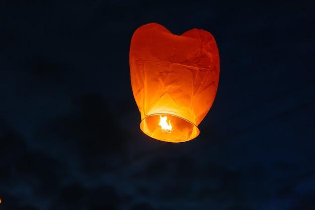 Während der feier der traditionellen feiertage wurden papierlaternen in den himmel geschossen. traditionen.