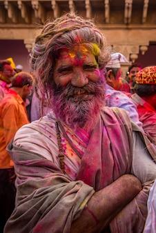 Während der holi-feier im krishna-tempel in nandgaon werfen sich die menschen die farben gegenseitig zu